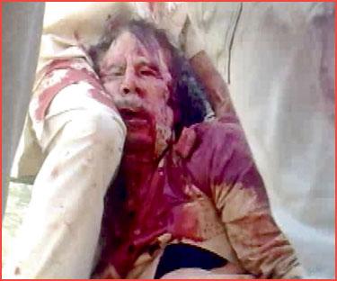 FOTO Muammar Gaddafi dilumuri darah di Sirte, Libya semalam.- Reuters
